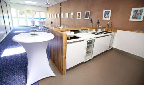 Een moderne keuken met de nodige uitrusting. Daarvan is onze vergaderruimte voorzien. En bij reservering van een arrangement is bediening altijd inbegrepen. Dan hoeft u zelf niet achter de bar te staan. Bij ons krijgt u dus echt een all-in-one-service.
