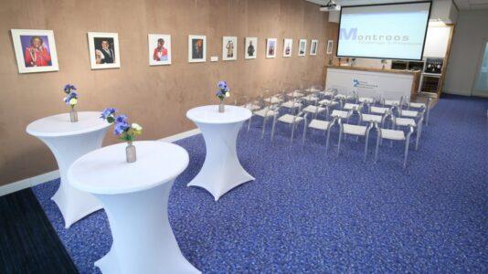 Onze vergaderruimte is op verschillende manieren in te delen. U geeft aan wat bij uw evenenent past en wij zetten het voor u klaar. Benieuwd naar de mogelijkheden? Bekijk de ruimte-indelingen.